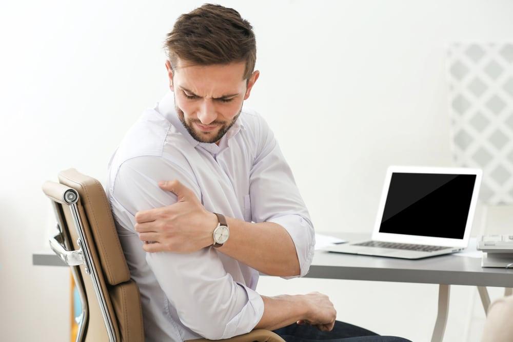 man seeking chiropractic shoulder adjustment